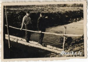 Antons Silinš, Jūlijs Kundziņš pie pie Brūnu mājām