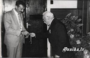 Dunikas padomes priekšsēdētājs Jānis Laipnieks nodod seifa atslēgu jaunajam priekšsēdētājam-Jānim Mačuļskim