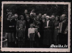 Klāva Kurzemes 50. gadu kāzu jubileja Antons un Milda Siliņi, Otīlija un Jūlijs Kundziņi, Alma un Klāvs Ozoli ar bērniem, Aija Kurzeme- mazmeita. Muzikants- Laimonis Tamužis