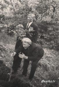 LTK dalībnieki Klāvs Ozols un Juris Rolis stāda ozolus Uzvaras dienā