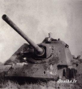 """Pašgājējs lielgabals pēc kara pie """"Rātiem"""" Imants Ziemelis foto"""