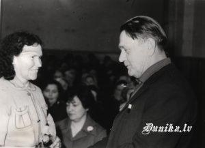 Žanis Stangevics sveic Klāru Inni kolhoza sapulcē skolas zālē
