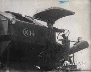 Ar kombainu SKP-4 ražu novāc Emīls Kļava