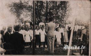 """Sikšņu koris bērnības svētkos Dunikā """" Ciemiņu"""" dārzā. Vadītājs- Jānis Veisbuks"""