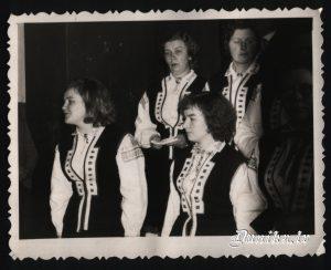 Sikšņu kora dalībnieki- Dzidra Sileniece, Ausma Kundziņa, Alma Ozola, Melita Ozola.