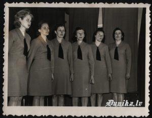 Dunikas ansamblis- Dzintra Bodniece, Rita Tiļuga, Dzidra Barča, ..... Varna, Alvīne ........ Elvīra Saukante