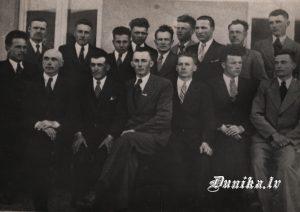 Sikšņu vīru koris. Jānis Dižgalvis (vadītājs), Jānis Laipnieks, Rūdolfs Laipnieks, Klāvs Ozols Jānis Putra, Žanis Kalējs no Aškapju mājas