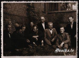 Sikšņu vīru kora dalībnieki ekskursijā- ..... Cēbers, Innis Zigfrīds, Rūdolfs Laipnieks, Valdis Rolis, Rihards Kavalieris, Miķelis Trūbs, Edvards – Klāvs Brizga, Jānis Dižgalvis