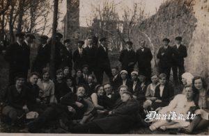 Dunikas jauktais koris Grobiņas pils drupās vadītājs-....... Voga 1931. gads