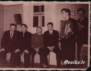 Garkāju mājas jubileja. Jūlijs Kundziņš, .........Strēlnieks, ........ Auders, Pēteris Ziemelis. Ar akordeonu Miervaldis Ziemelis un Edvīns Aškājs