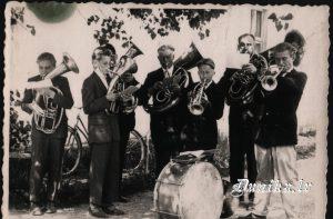 Apvienotais Sikšņu skolas un ciema pūtēju orķestris. Vadītājs- Valdis Cēbers. Ilmārs Kundzinš, Imants Muižnieks Alfrēds Sīklis, ....... Pumpurs, Imants Puļkis