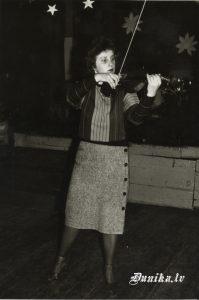 Landra Valdmane. Mūzikas, fizkultūras skolotāja Sikšņu skolā