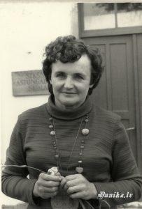 Brigita Ziemele- Caune. Sikšņu skolas 49 gada apsolvente - tēvu izsūtīja, mamma palika ar četrām meitām. Mamma Roļu Sungālos strādājusi.