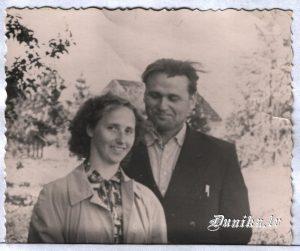 """Kolhoza """"Uzvara"""" priekšsēdētājs no 1958 līdz 1961. g Augusts Pommers ar sievu."""