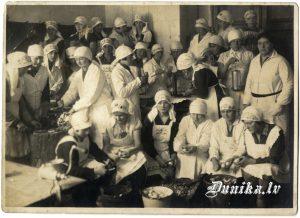 Pavāru kursi Liepājā. Anna Vilkaula– Nezduļķina centrā. 21. aprīlis 1931. gads Pirmā rindā trešā no kreisās.