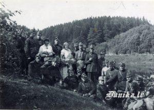 Rihards Kalninš 1. mazpulku dibinātājs Latvijā starp divām meitenēm - Sikšņu skolā strādāja 1940. līdz 1941. g, izsūtīts, miris Vjatlagā