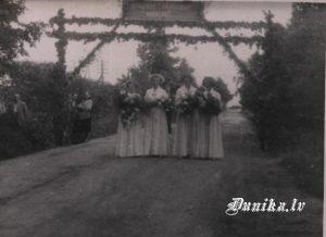 Pirmie Pilngadības svētki Sikšņos. Gaviļnieku tērpi no ciema padomes pasūtīti un apmaksāti.