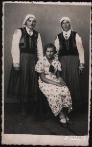 Meitenes tautas tērpos