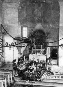 Rucavas baznīcā 1909. g. Ārsts Leopolds Štanhens, dz. 1867. g. 20. IX., m. 1909. g. 26. V. Rucavā. Baznīca izrotāta uz iesvētībām, stāstīja Katrīna Roga 1988. g. 19. II. (+ 1992. g. 13. X.)
