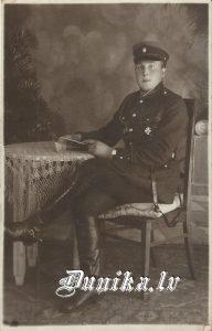 """Miķelis Veisbuks (dz. 30.04.1905. - m. 15.05.1973.) """"Bružos"""", kurš 1940. gadā pieņēma Avota uzvārdu. Žurnāls, kas viņam rokā, datēts ar 1927. gadu"""