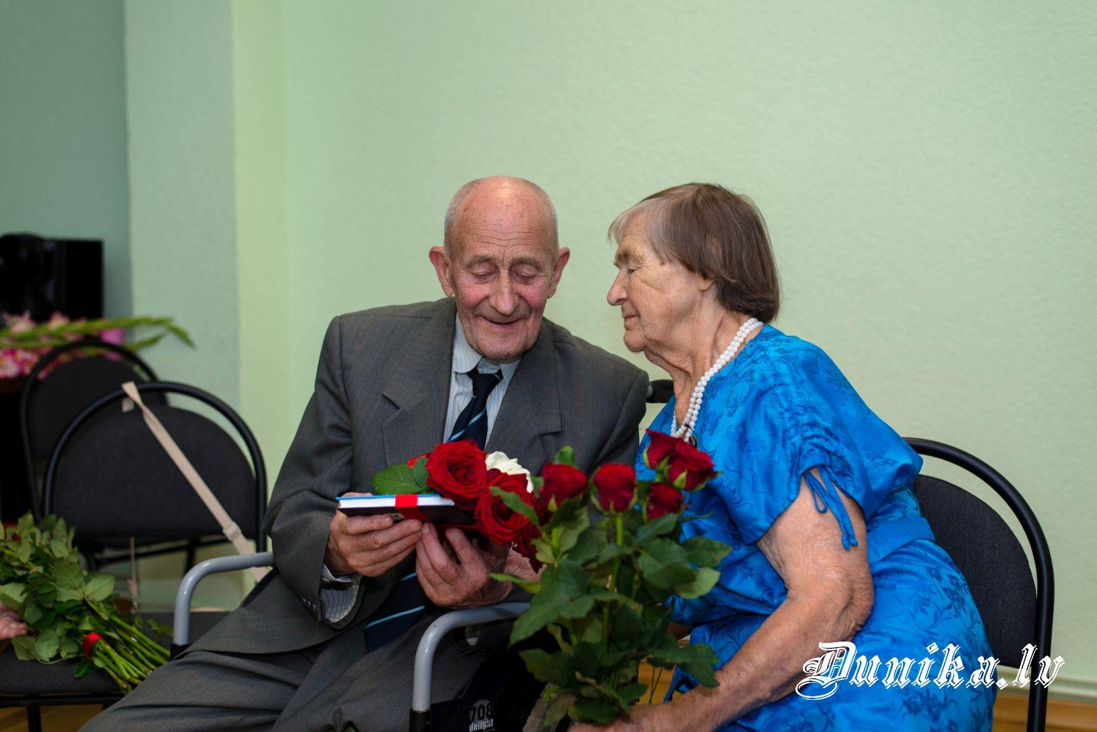 Miķelis Pelīte dāvā savu grāmatu sievai