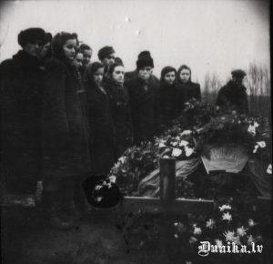Komsorga Pētera Grauduža bēres. Nošauts 1949. gada 9. decembrī.