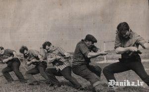 Sporta svētki. Virves vilkšana. No labās- Kairis Oļģerts, Sīklis Miķelis, ..... ....., Kļava Aldonis, Andrejs Cvībelis.