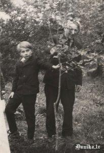 Ļeņinam 100. Tam par godu kokus stāda Ozols Klāvs un Siliņš Aldis.