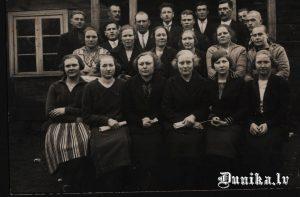 Sikšņu jauktais koris, no kreisās- Hartmane Anna, Ābolniece Anna, otrais trešā rindā Dižgalvis Jānis, trešais Pura Jānis, piektais vīrs- Teodors Kalks, skolas pārzinis.
