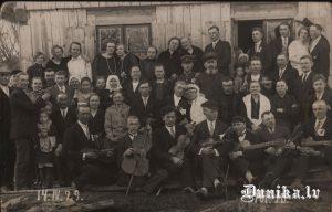 1929.gads. Trūba Jāņa kāzas. Spēlē Dižgalvju Jānis un Putra Jānis.