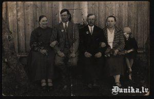 """No kreisās- Lauksargs Ieva un Jēkabs. Labajā malā Lukāžu Lidija- veikala """"Lauksargos"""" īpašnieka sieva un Jēkabs Lauksargs, Lukāžu vējdzirnavu īpašnieks Pēteris Lukāžis ar kundzi."""