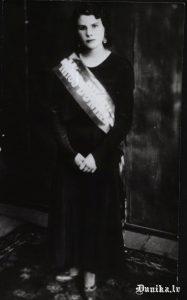 """Kalpone no """"Garkāju"""" mājām. Dunikas pagasta skaistuma karaliene 1932."""