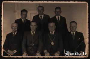 Dunikas pagasta valde. Otrā rinda no kreisās- Jānis Laipnieks, Bālinš ......, Pirmā rinda trešais no kreisās- Laipnieks Pēteris, Jāņa tēvs un vēl Tamužis, Burģelis, Reinfelds otrais no kreisās pirmajā rindā.