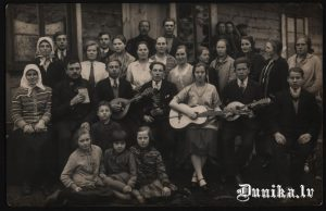 Muzikālais ansamblis pie Golgātas baznīcas. Vidū- vadītājs Zvirbulis.