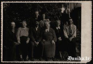Centrā Pēteris Strolis ar kundzi, pa labi Cvībeļu pāris, aizmugurē dēls Austris Strolis.