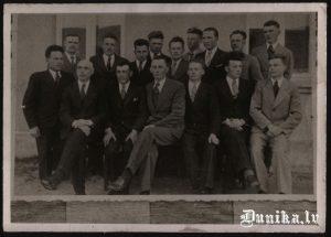 Sikšņu vīru koris. No kreisās- vadītājs Jānis Dižgalvis, trešais Jānis Laipnieks, ceturtais Rūdolfs Laipnieks, septītais Ozols Klāvs, astotais Jānis Putris.
