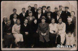 Skauti. No kreisās- Sležu Milda, Emīlija Brizga, otrā rinda- Klāvs Ozols, Laipnieks Rūdolfs, trešā rinda no labās- pirmais Buks Žanis, trešais Arvīds Rolis, pirmā rinda no labās- Lukāže, Liepa, Hermīne, Muižniece, Aškapju Otīlija, Kalks Teodors, Muižniece Austra otrā no kreisās puses pirmajā rindā.
