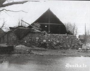 Nīcas pusmuižas stallis Sikšņos. Nopostīts. Savulaik tur bija ciema padome, dzīvokļi.