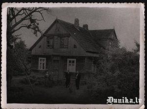 """""""Mūrnieku"""" māja. Innis Zigfrīds un Puļķis Jānis bildē."""