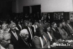 Dunikas pagasta 75 gadu jubilejas pasākumā- pirms Jāņa Laipnieka atslēgas nodošanas. No labās- Sikšņu ciema padomes darbinieki – Jānis Mačuļškis, sekretāre Margrieta Saulīte, Anna Slamste, Pēteris Sungāls, priekšsēdētāja Alma Role, deputāte Ausma Padalka, sekretārs Jānis Laipnieks. Centrā pārstāvis no rajona.