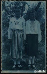 Otīlija Role (Kundziņa) un Alma Dīķe (Stalte) Dunikas tautas tērpos