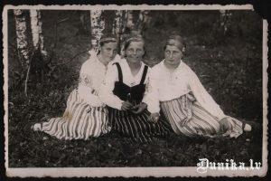 No kreisās- Emīlija Brizga herm(.....) Hermīne Muižniece- Brizga, Cvībele Zelma.