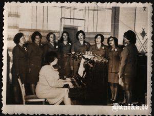 Dunikas sieviešu ansamblis 1976.gadā, pie klavierēm Olga Balbarde
