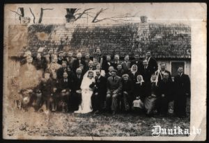 Ozolu Klāva un Almas kāzu bilde Ozols Jānis Ozola Melita pa labi brāļi Pēteris un Jānis Ozoli Spigulis, Iesalnieks Pēteris.