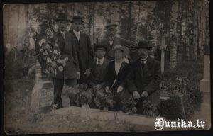 Uzraksts uz kapu plāksnes- se dus janis role kirilicā
