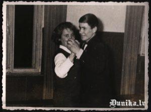 Sikšņos, deju kursu noslēgumā. Jānis Blauzde un Kūmu Rutas māsa.