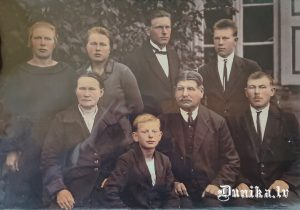 Jura Janeka vecais tēvs Sudargos, viņa otrā sieva un abu bērni. Vecākais dēls Juris pirmā rindā no labās, Jura Janeka tēvs otrā rinda no labās, blakus viņam centrā otrā rinda Grantiņš – kaimiņš, centrā pirmā rindā Kārlis, kas Palaipē dzīvojis, otrā rinda otrā no kreisās Katrīna, kas Dejos dzīvoja, blakus viņai vecākā māsa.
