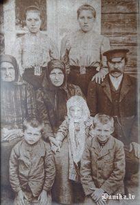 Otrā rinda no kreisās- Jura Janeka vectēvs Šuķos, aiz viņa Slamstiene, blakus tai Maķegūžu saimniece. Otrā rinda centrā- vecāmāte, blakus vecāsmātes mamma, pirmā rinta no kreisās Jura Janeka kusttēvs Juris, viņam blakus centrā Jura Janeka mamma, blakus Jānis, vēlāk dzīvo Amerikā