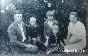 No kreisās Jura Janeka tēvs 1941 vai 1942 gadā, blakus Juris Janeks, tad māsa Dzidra, viņai priekšā māsa Ausma, labajā pusē mamma. Gunārs un Aivars, kuri piedzima pēc tam bildē, protams nav.
