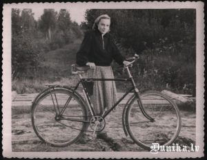 Anna Dobele jau mājās Dunikā, ar velosipēdu, kurš no izsūtījumā mājās līdzi vests.